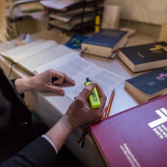 Gottesdienstvorbereitung. Bücher, Predigtvorlage und ein Textmarker.
