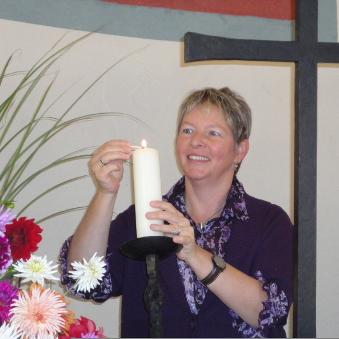 Eine Mesnerin bereitet den Gottesdienst vor.